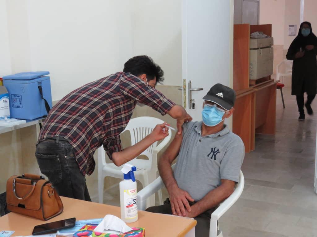 گزارش تصویری؛ واکسیناسیون افراد بالای ۵۵ سال در شهر جناح با استقبال خوب مردم به پایان رسید